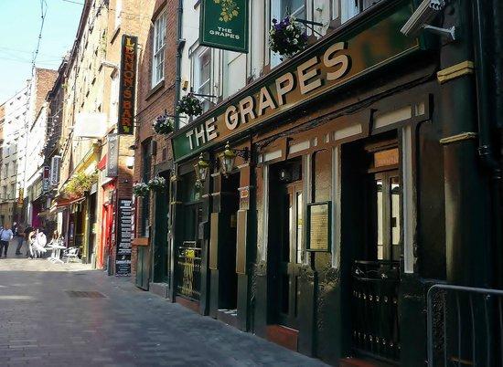 the-famous-grapes-pub